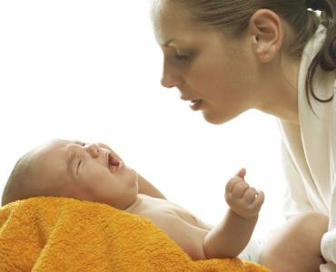 Почему ребенок плачет при кормлении грудью?